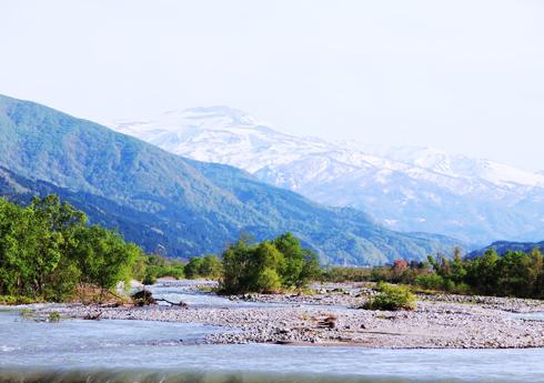 月山と平成の名水百選に選ばれた立谷沢川
